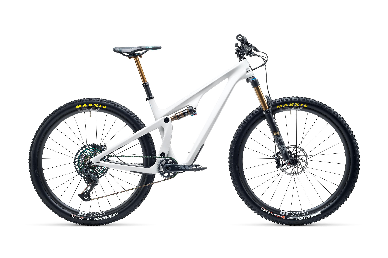 Yeti SB115 con montaje T3 y ruedas de carbono en color blanco